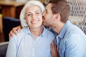 137774677 - Positive man kissing his grandmother © Viacheslav Iakobchuk / Fotolia